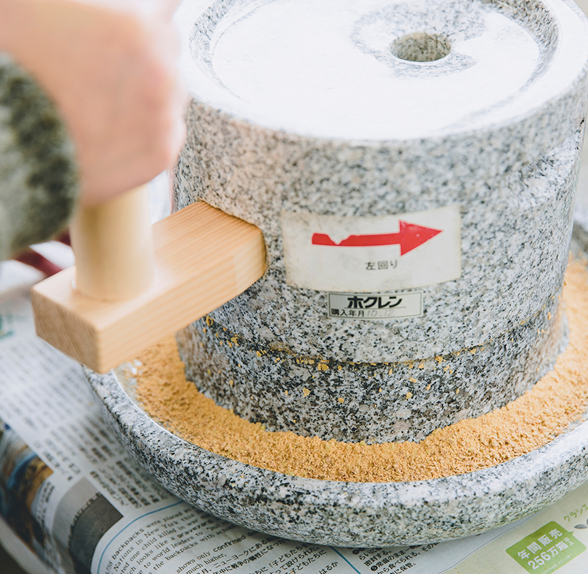 大豆を石臼で挽いて香り高いきな粉を作ろう