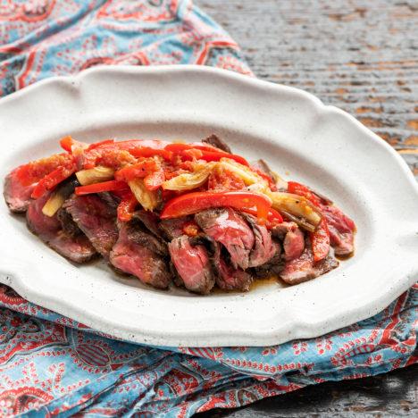 肉の旨みを余すことなく楽しめます。<br />Vol.12 牛肉のタリアータ 夏野菜ソース
