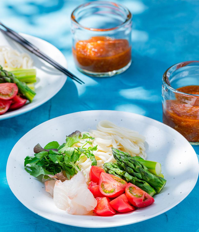 赤と緑の元気野菜で、夏の麺料理をおしゃれに。<br />Vol.20 トマトとアスパラのサラダつけ麺