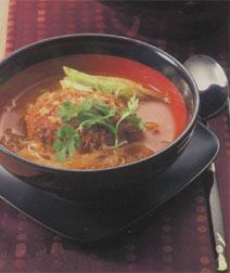大きな肉団子と春雨の辛いスープ